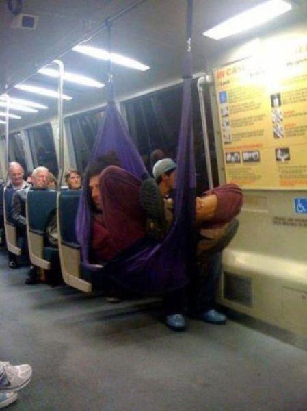 Cùng mắc võng trên tàu điện ngầm.(Ảnh: Internet)