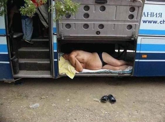 """Tặng thêm quả ảnh cuối - ông chú """"lầy lội"""" nhất bến xe buýt. (Ảnh: Internet)"""