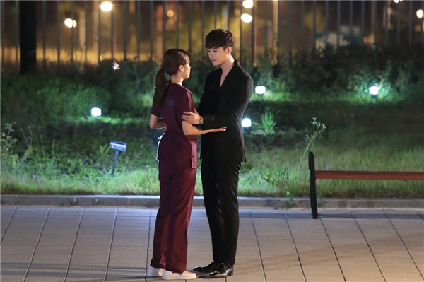 """Lee Jong Suk """"nhắng nhít"""" trước giờ bước ra thế giới thực"""