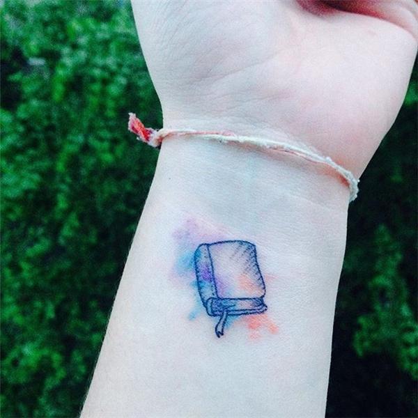 Quyển sách dễ thương trên cổ tay dành cho cô nàng nội tâm.