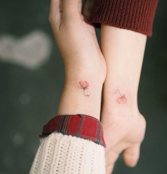 Bông hoa nhỏ trên cổ tay cho cô nàng dịu dàng.