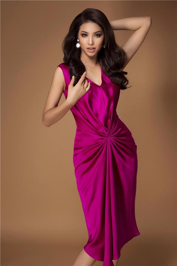 Dễ dàng nhận thấy thời gian này, hoa hậu Phạm Hương được công chúngquan tâm khá nhiều, đặc biệt về phong cách thời trang.Chính vì thế việc lựa chọn trang phục phù hợp cũng là điều côrất quan tâm.