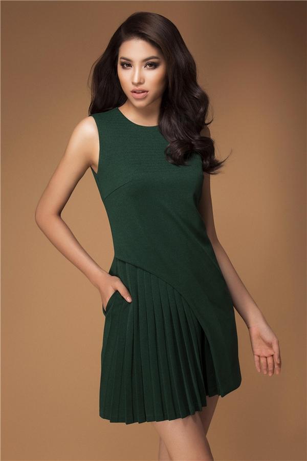 Trong những mẫu thiết kế mới nhất của NTK Lê Thanh Hòa, hoa hậu Phạm Hương một lần nữa tạo nên sức hút từ vẻđẹp hình thểnơi cô. Không còn sự táo bạo và gợi cảm thường thấy, Phạm Hương kín đáo nhưng vẫn toát lên nét quyến rũ.