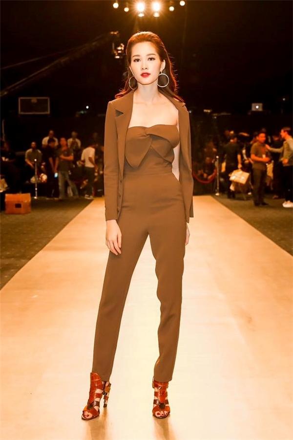 Một Thu Thảo cá tính, trẻ trung với jumpsuit phối suit của Lê Thanh Hòa. Dù diện trang phục có phần cá tính hơn nhưng vẻ ngoài của Thu Thảo vẫn trông mong manh, nhẹ nhàng.