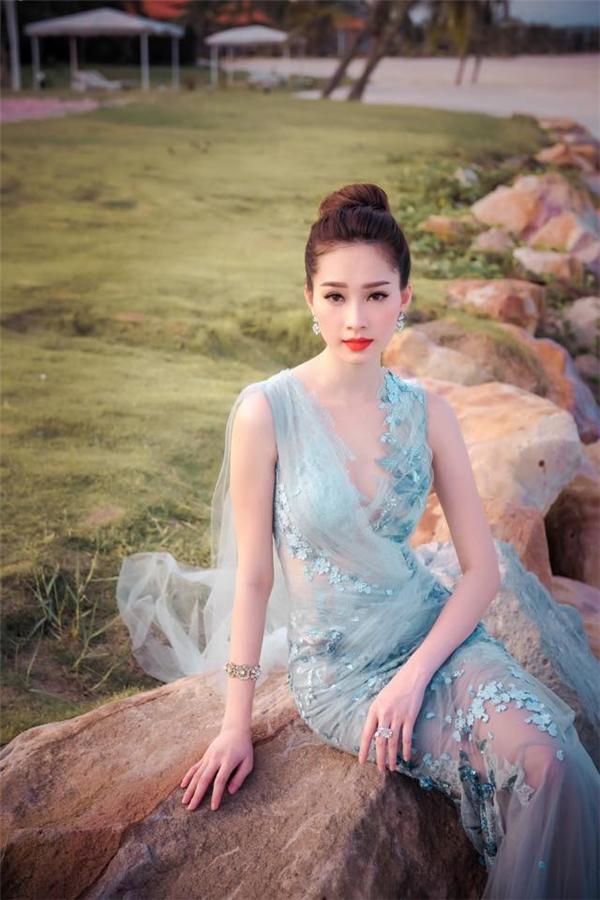 Trang phục xuyên thấu gần như rất hiếm khi được Thu Thảo chọn diện trên thảm đỏ. Nhưng mỗi lần diện, cô đều khiến người đối diện không thể rời mắt bởi vẻ gợi cảm chừng mực, tinh tế.