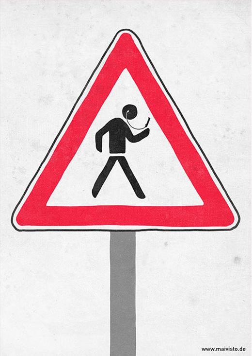 Cảnh báo đường có nhiều người nguy hiểm qua lại. Người nguy hiểm: những người vừa đi vừa cắm mặt vào điện thoại và cắm tai vào tai nghe.