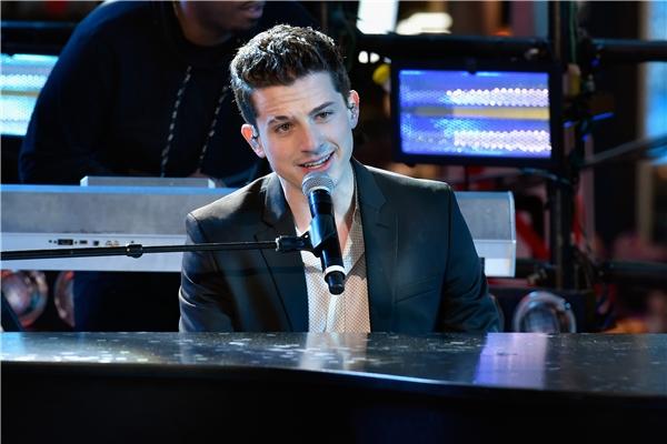 Charlie Puth lãng tử bên cây đàn piano.