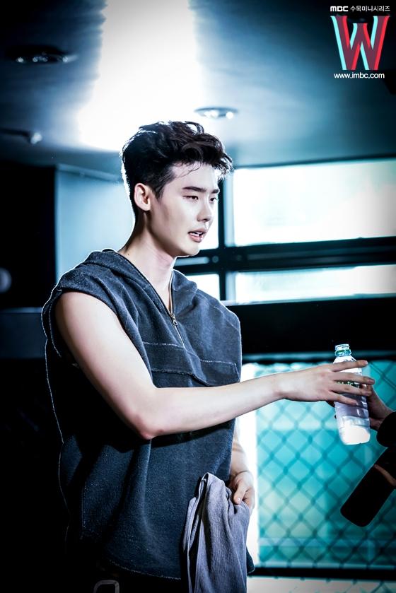 Lee Jong Suk đúng chuẩn nam thần bước ra từ truyện tranh
