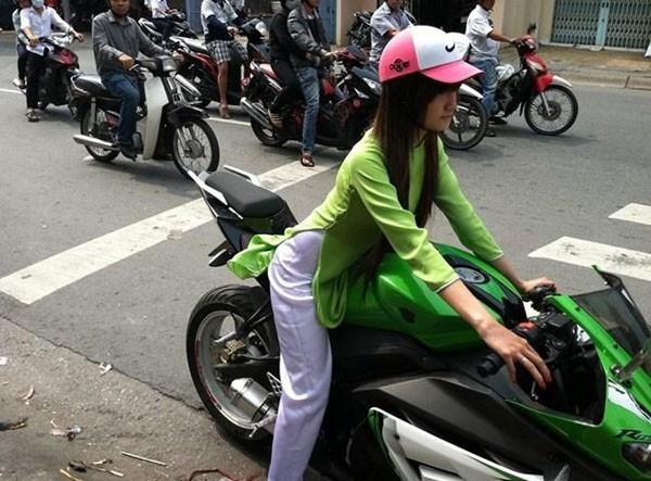 """Hình ảnh nữ sinh trường Đại học Hồng Bàng thướt tha trong tà áo dài """"tông xuyệt tông"""" với chiếc xe mô tô cũng từng gây chú ý không kém. (Ảnh: Intenet)"""