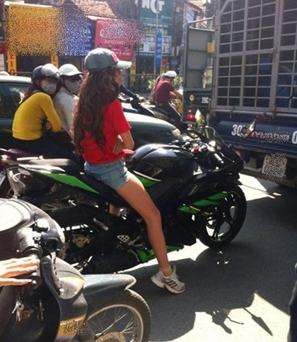"""Dường như chỉ cần những cô nàng này xuất hiện trên phố là y như rằng dân tìnhxung quanh phải """"nhốn nháo"""".(Ảnh: Internet)"""