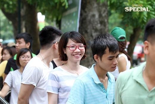 Mặc dù phải xếp hàng dưới trời nắng nóng nhưng các bạn trẻ vẫn rất hào hứng.