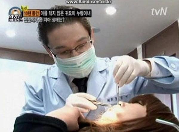 Sau chương trình các nha sĩ vẫn tiếp tục điều trị hàm răng cho cô gái.