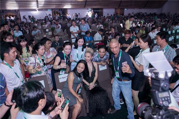 Khá nhiều khán giả đã đến bên Tóc Tiên để xin chụp ảnh. - Tin sao Viet - Tin tuc sao Viet - Scandal sao Viet - Tin tuc cua Sao - Tin cua Sao