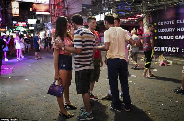 Nhiều du khách đến Thái Lan chỉ để tìm kiếm các dịch vụ người lớn.