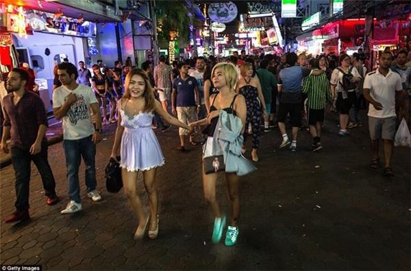 Cuộc sống nhộn nhịp về đêm của khu phố đèn đỏ ở Thái Lan