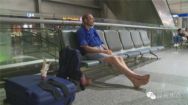 Vượt 4500km, chàng trai Hà Lan tội nghiêp đã ngồi chờ bạn gái quen hai tháng qua mạng trong mỏi mòn.