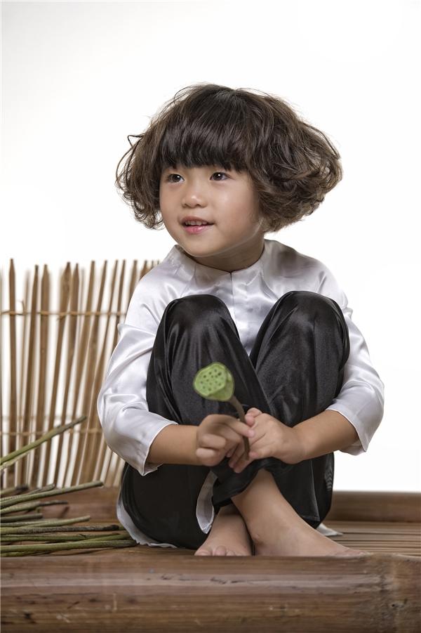 Con gái Thuý Nga diện áo bà ba, tạo dáng nhí nhảnh bên hoa sen