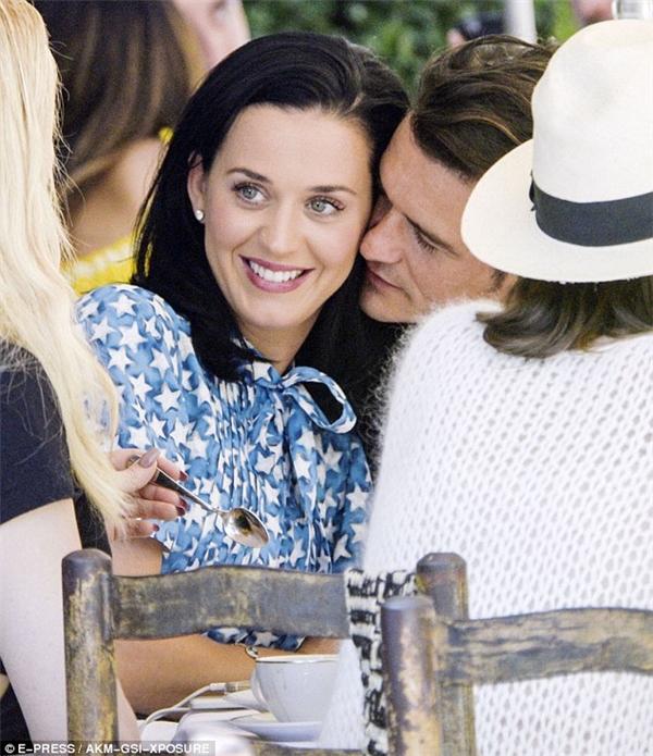 Orlando Bloom khỏa thân tung tẩy đi chơi biển với Katy Perry
