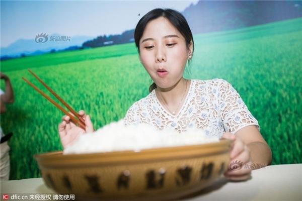 Sốc với cô nàng 9x xinh đẹp ăn 4kg cơm trắng trong vòng 1 giờ