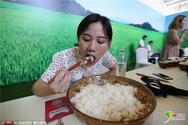 Khi cuộc thi vừa bắt đầu, cô gái ngay lập tức ăn mà không hề tỏ ra ngần ngại.