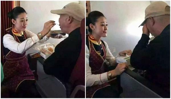 Nữ tiếp viên hàng không giúp ông cụ dùng bữa.(Ảnh: Internet)