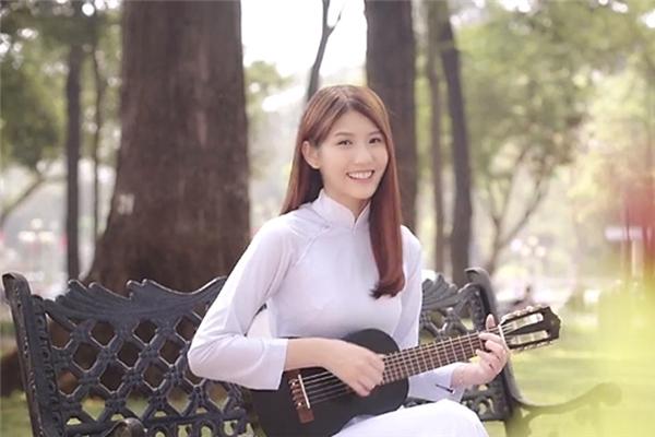 Joyce Chu duyên dáng trong chiếc áo dài trắng.