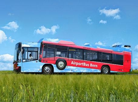 Xe buýt vận chuyển hành khách của một hãng hàng không. Với lối trang trí độc lạ này thì rõ ràng đánh đúng phương châm của các hãng hàng không: ai cũng có thể bay.(Ảnh: Internet)