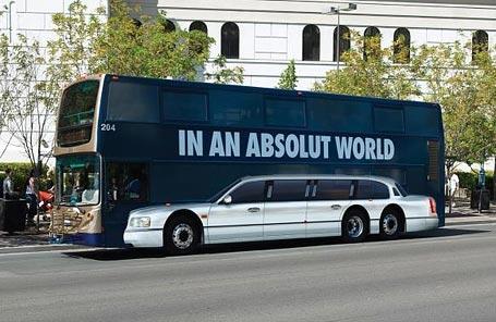 Nhìn đời lạc quan lên nào, ngồi trong xe buýt hay trong limousine gì cũng như nhau thôi, quan trọng là bản thân có hạnh phúc không.(Ảnh: Internet)