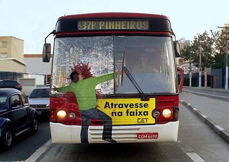 Một hình ảnh đầy ám ảnh, nhắc nhở cánh tài xế có trách nhiệm hơn khi ngồi sau vô lăng cũng như người qua đường phải cẩn thận hơn.(Ảnh: Internet)
