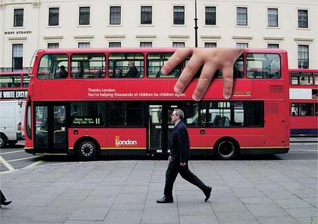 Xe buýt đỏ đặc thù của London đột nhiên hóa thành món đồ chơi nho nhỏ vừa tay trẻ em.(Ảnh: Internet)