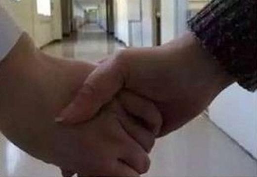 Khoảnh khắc đôi tay chạm vào nhau như có luồng điện chạy qua tim.
