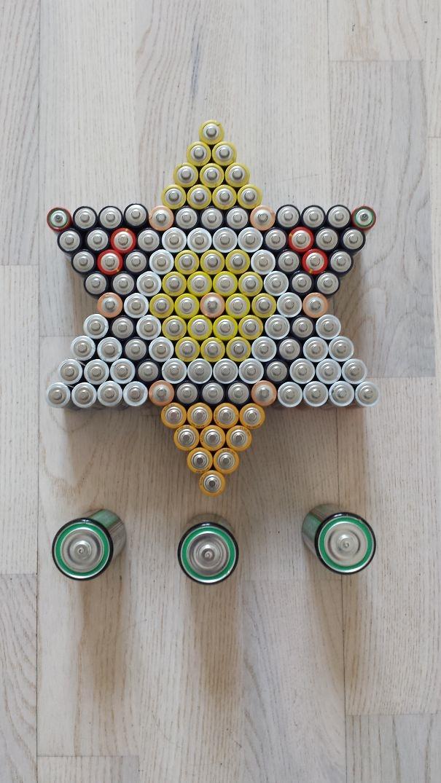 Bạn có thể đếm được bao nhiêu cục pin được sử dụng để làm thành ngôi sao này không?