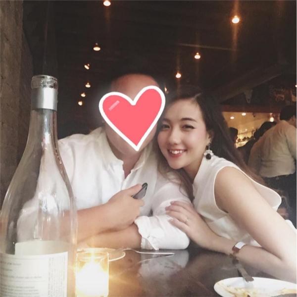 """Mie Nguyễn thường xuyên chia sẻ những khoảnh khắc và dòng trạng thái ngọt ngào bên """"người tình giấu mặt"""". (Ảnh: Internet)"""