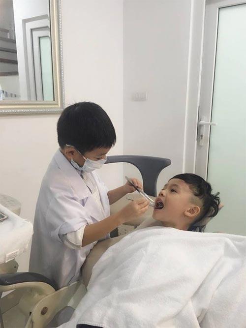 """Subeo khá thành thạo khi thực hiện động tác khám răng với dụng cụ chuyên ngành. Trong khi đó, bé Ben - con trai Quế Vân lại ngoan ngoãn như một bệnh nhân thực thụ khi nằm yên cho """"bác sĩ Subeo"""" kiểm tra. - Tin sao Viet - Tin tuc sao Viet - Scandal sao Viet - Tin tuc cua Sao - Tin cua Sao"""