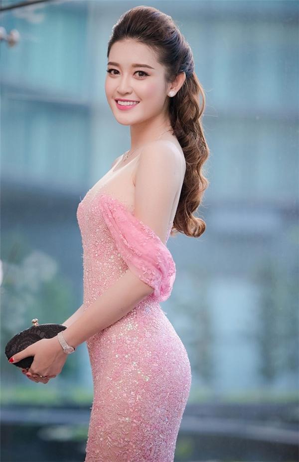Như vậy, theo thông lệ, có thể Huyền My Á hậu 1 Hoa hậu Việt Nam 2014 sẽ là người trao vương miện cho Hoa hậu Việt Nam 2016.Trước khi đưa ra quyết định này, hội đồng đã họp 2 lần vào ngày 15/7 và 25/7 để có thể thu thập thông tin và cho phía gia đình Kỳ Duyên lên tiếng.