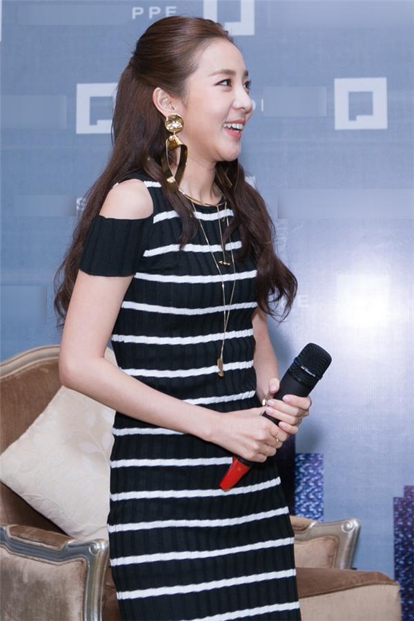 Nụ cười tươi tắn, rạng rỡ cùng vẻ đẹp dịu dàng, đằm thắm của Dara, ít ai ngờ rằng nữ ca sĩ đã 33tuổi.