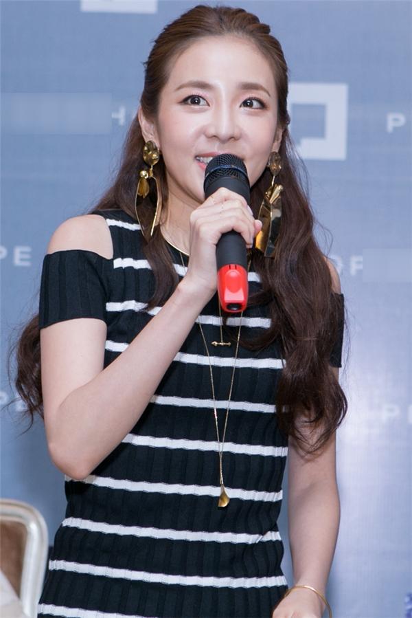 Quay trở lại Việt Nam lần thứ 3, Dara vẫn rất xúc động trước tình cảm của cộng đồng fan Việt dành cho mình.