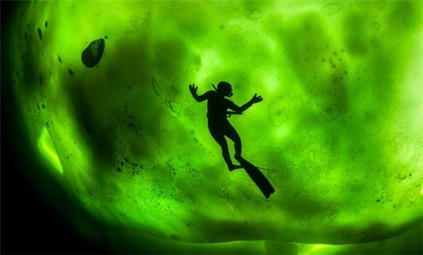 Một người thợ lặn ở ngay bên dưới một tảng băng dày. Cảm giác sẽ như thế nào khi bạn trồi lên khỏi mặt nước và bỗng nhiên thấy phía trên đầu bị khép kín lại, không thể nhìn thấy ánh sáng mặt trời, mất phương hướng, không biết mình đang ở đâu, không biết làm sao để đục thủng băng và thoát khỏi đây, bơi mãi cũng không thấy điểm kết thúc, không biết mình có bị chôn vùi ở đây vĩnh viễn hay không.