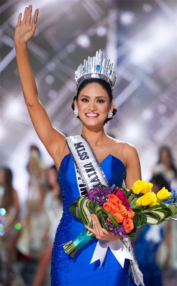 """Hơn 60 năm, lần đầu tiên, Hoa hậu Hoàn vũ rơi vào sự cố """"thảm họa"""" khi MC công bố nhầm tên người chiến thắng. Niềm vui của người đẹp Colombia chưa được bao nhiêu thì bất ngờ tin xấu ập đến khi đại diện Philippines được công bố mới là người chiến thắng. Suốt một thời gian dài, sự việc này gây tranh cãi dữ dội. Một phần ý kiến cho rằng cuộc thi đã sắp xếp giải và thay đổi kết quả vào phút chót."""