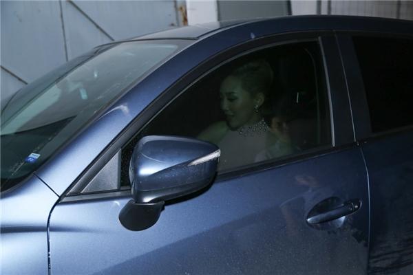 Tóc Tiên tự tin lái xe hơi đến phim trường Vietnam Idol để chấm thi. - Tin sao Viet - Tin tuc sao Viet - Scandal sao Viet - Tin tuc cua Sao - Tin cua Sao