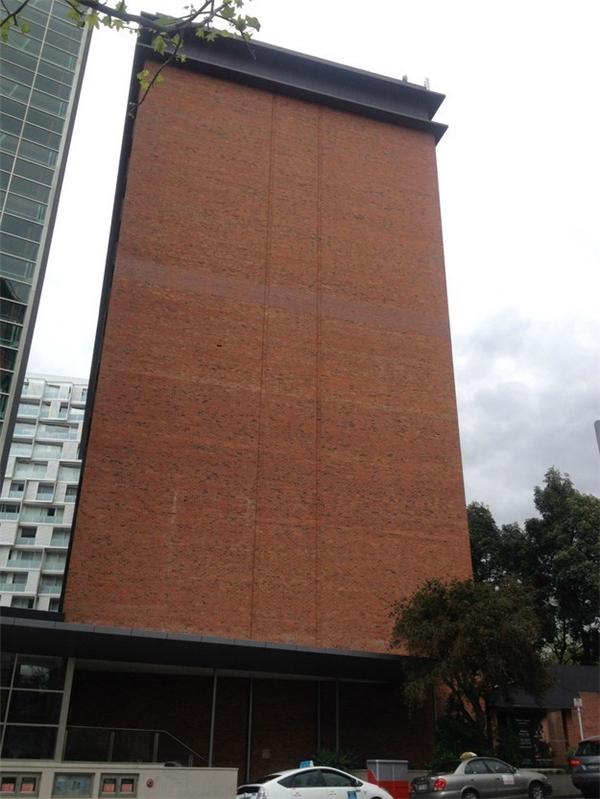 Có ai nhìn thấy viên gạch bị mất trên bức tường không? Thật không thể tin được là người ta lại để yên cái lỗ trống đó, mất cả mĩ quan đô thị.