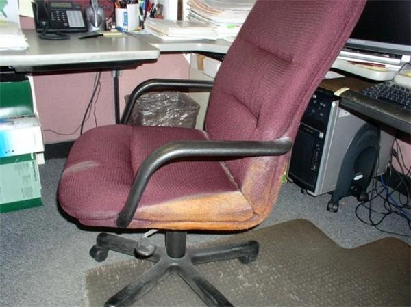 Sao cái ghế nó lại dính bẩn có một góc thế này? Mà sao người ta vẫn để yên nó như thế không đem ra giặt cho sạch đi?