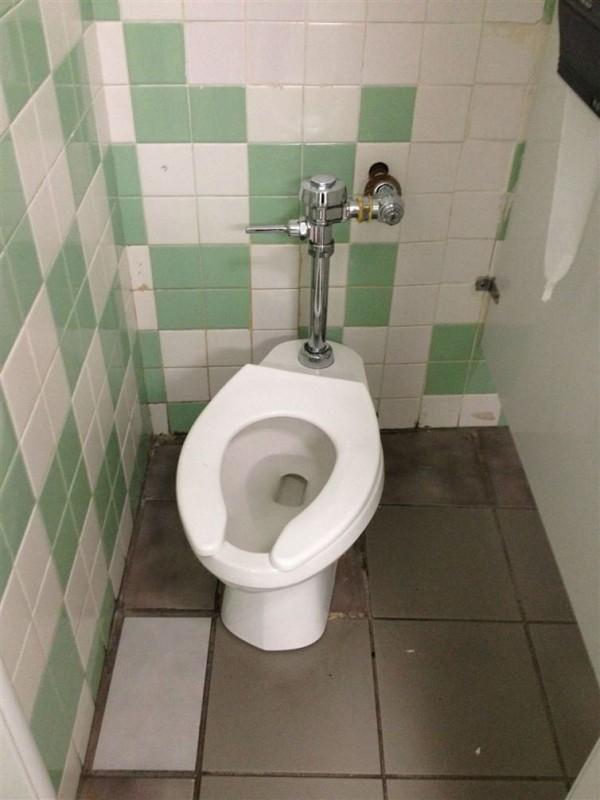 Tại sao căn phòng không hề vuông vức tí nào? Tại sao bồn cầu lại bị lệch qua một bên? Tại sao gạch men lại khác nhau và sắp xếp lộn xộn thế này?