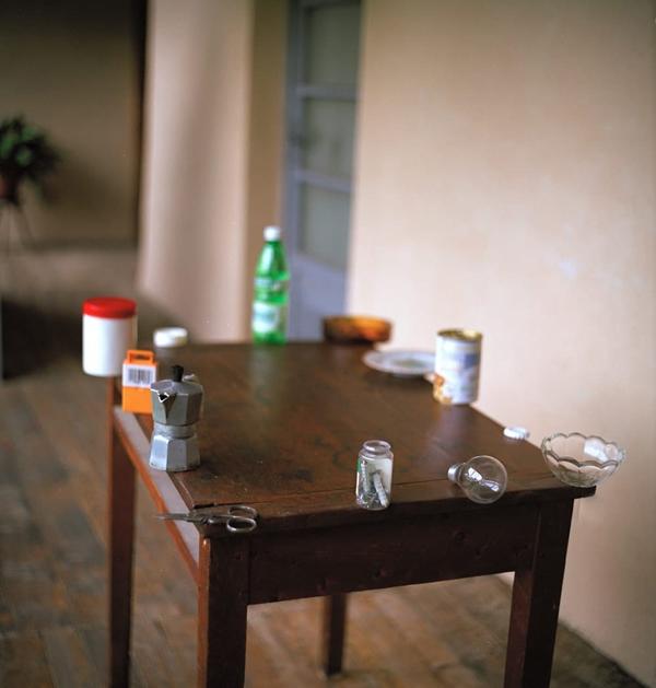 Nhìn cái bàn này người ta chỉ muốn dang thật rộng hai cánh tay để lùa tất cả chúng nó vào trong bàn cùng một lúc thôi.