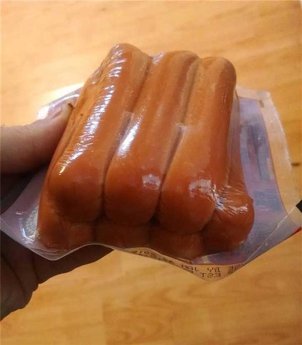Mấy cái cây xúc xích này là để cho người ăn chứ có phải cho lợn ăn đâu mà đóng gói ẩu tả thế này? Ai đóng gói bịch này nên đuổi việc gấp.