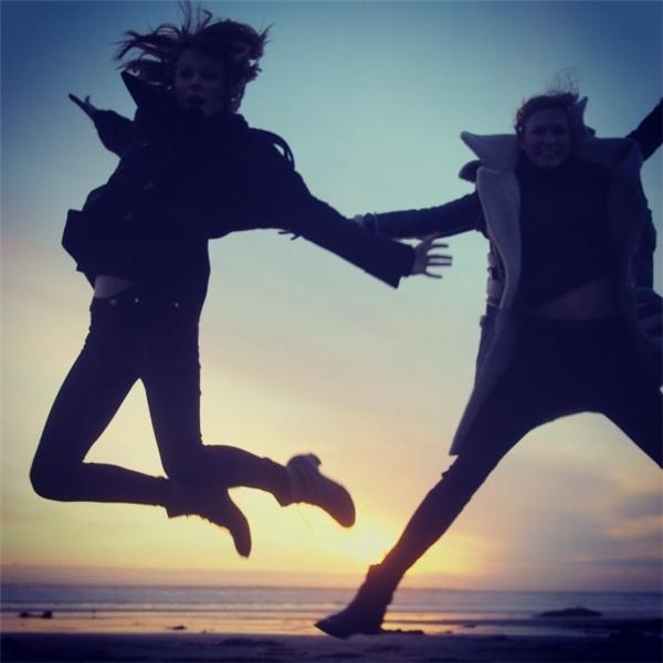Hai người đẹp thoải mái đùa giỡn và có những phút giây nhắng nhít như những người bạn bình thường.