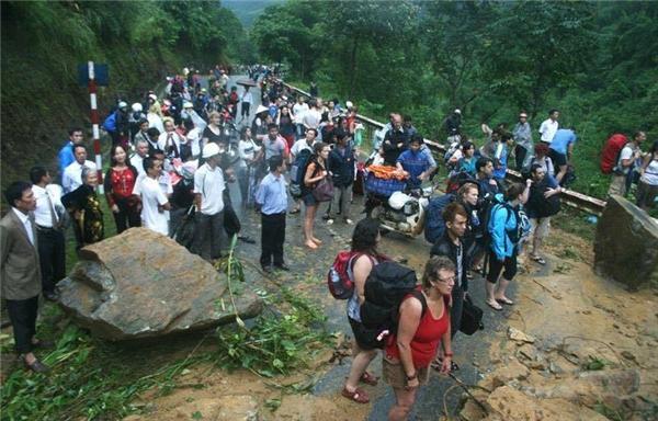 Mưa lũ còn gây ảnh hưởng nghiêm trọng đến hạ tầng giao thông. Tuyến quốc lộ 4D từ thành phố Lào Cai đi Sa Pa bị tê liệt do ngập lụt nặng.Tuyến giao thông từ thành phố Lào Cai vào huyện Bát Xát cũng bị chia cắt hoàn toàn cho đến 8g30 sáng nay. Ngoài ra nhiều tuyến đường bịnước dâng cao gây tắc đường.