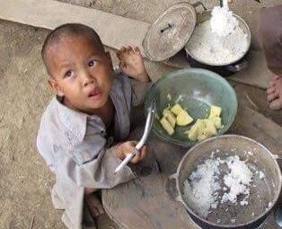 Một bữa ăn không chất dinh dưỡng, chỉ đủ no cái bụng, để có sức mưu sinh, để sống sót qua ngày....(Ảnh: Internet)