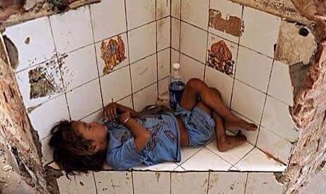 Một góc tường vụn vỡ nhưng giấc ngủ em vẫn cứ tròn đầy.(Ảnh: Internet)