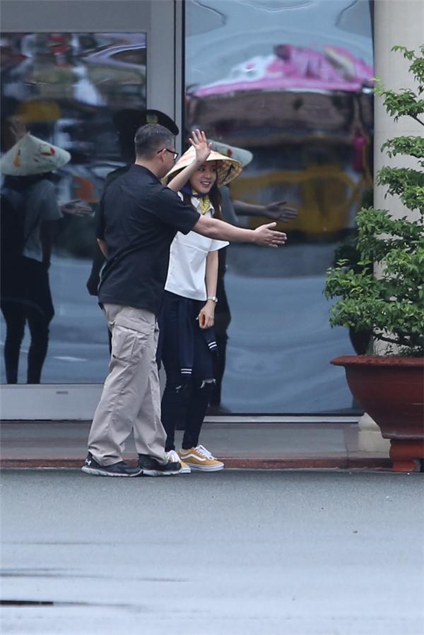 Dara bị ekip đi cùng hối thúc lên xe khi cô đứng lại khá lâu.